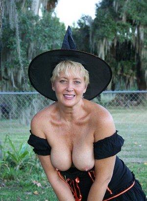 Bilder mature breast nackt Restricted